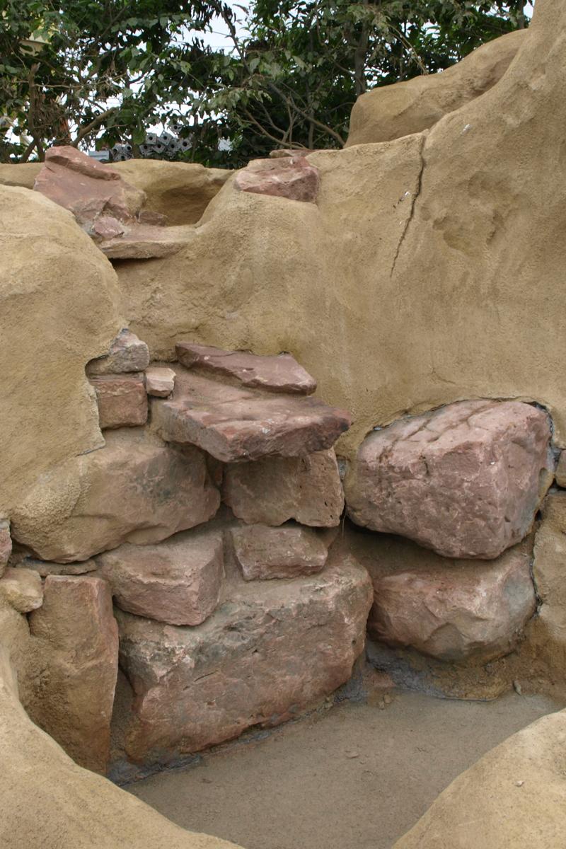 Felsgestaltung mit integrierten Natursteinen