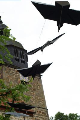 Fliegende Raben, Installation, Tetrapackfolie, 2014