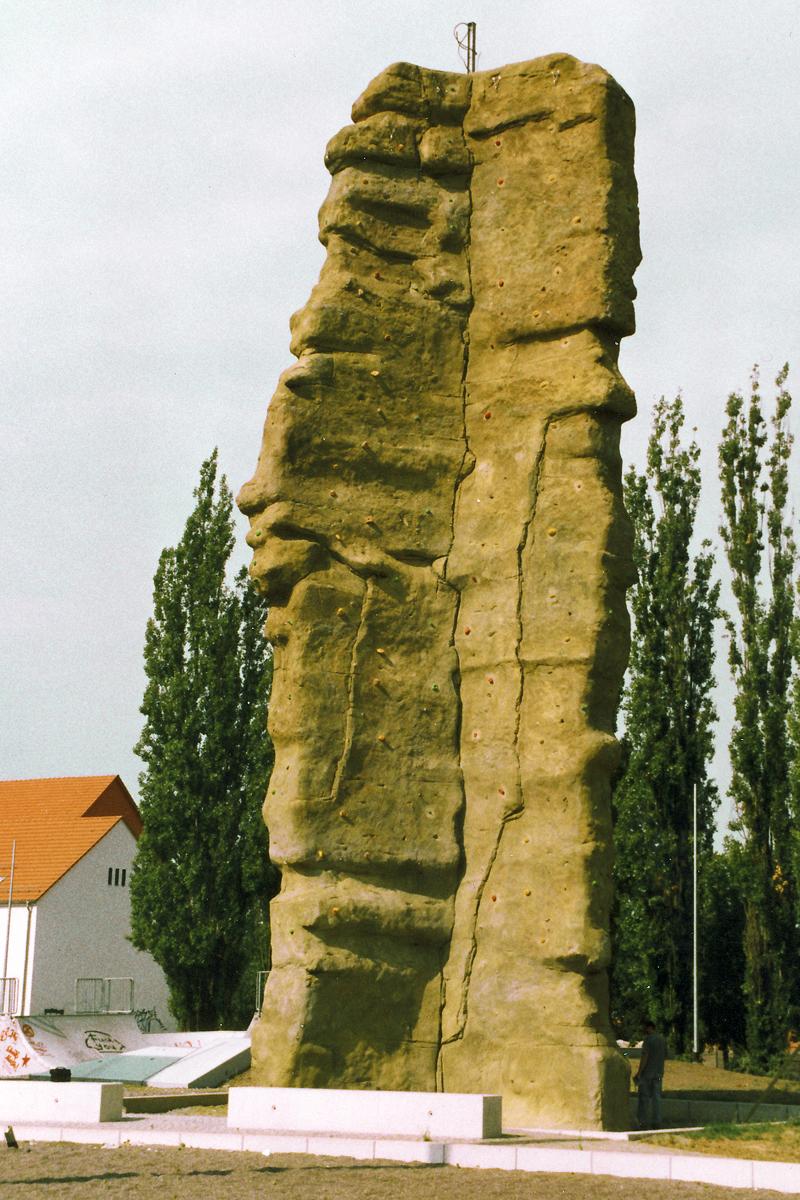 Kletterfelsen aus alten Betonplatten Nordhausen 2003