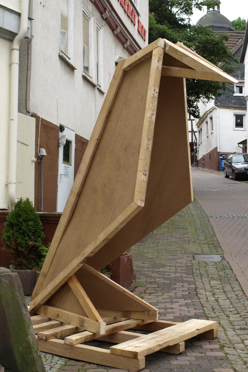 Werbefigur aus Einwegpaletten und alten Hartfaserplatten, Gudensberg 2014