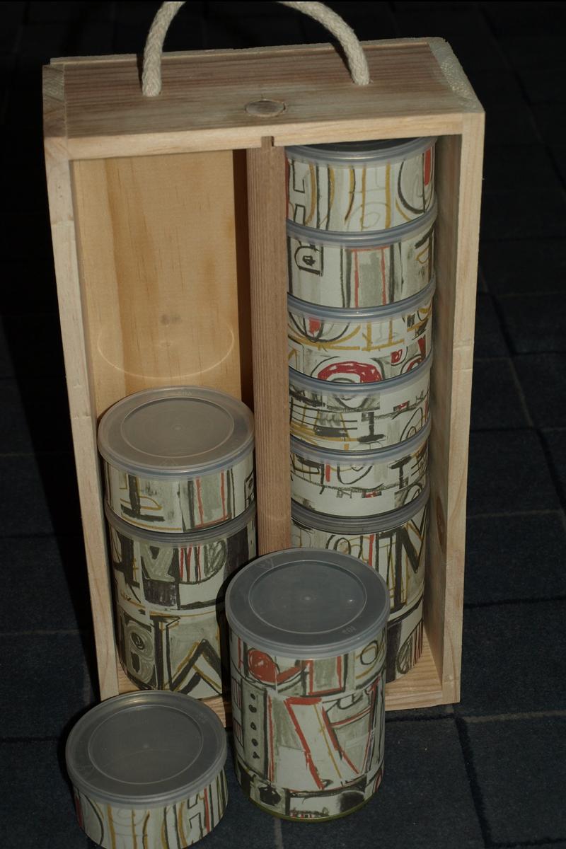 Kleinteilbox, diverse Büchsen und Weinverpackung, 2014