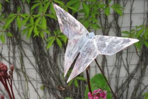 Gefalteter Schmetterling aus altem Blechschild