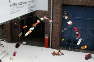"""Fliegende Kuben "" Bauperformance im Kunstmuseum Dieselkraftwerk Cottbus, 2015"