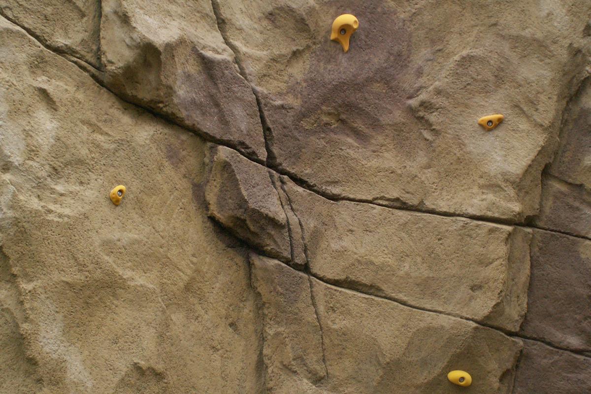 Struktur mit nachträglich angebrachten Klettergriffen